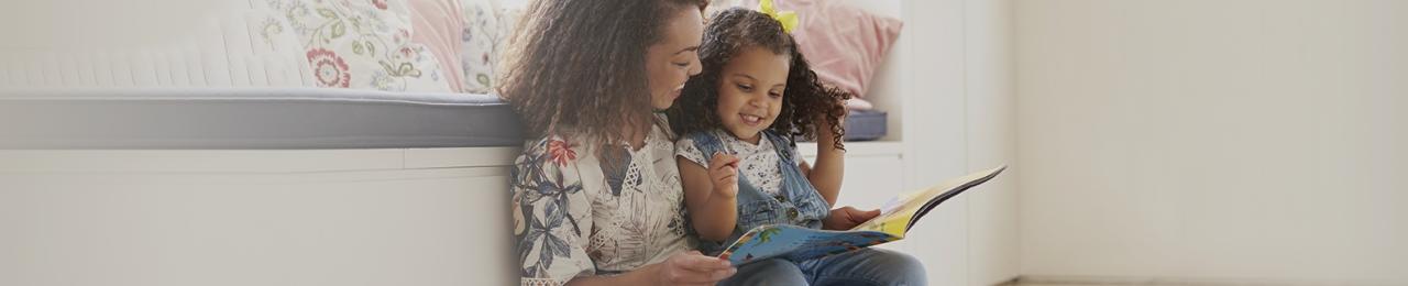 Eine Mutter liest gemeinsam mit ihrem Kind