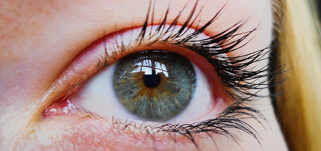 Nahaufnahme eines blau-grauen Auges einer Frau