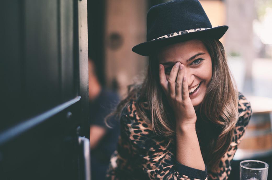 Bild einer Frau, die sich das Auge hält